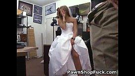 Comendo a noiva gostosa após experimentar o vestido