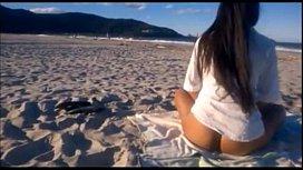 Mulher pelada na praia exibindo corpão gostoso
