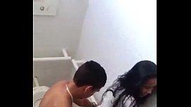 Novinha dando na escola em banheiro e sendo flagrada