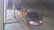 Novinha dando no sexo com pegada na rua ao namorado
