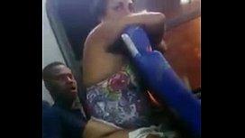 Encoxando no ônibus a coroa safada gordinha