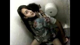 Gostosa brasileira fazendo sexo no banheiro da escola