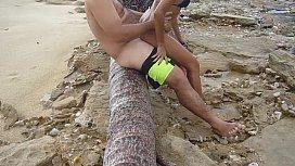 Gostosa mulher transando na praia em uma rapidinha