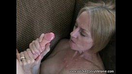 Mae gozando e recebendo esperma nos peitões