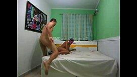 Negra novinha sendo fodida com força na cama