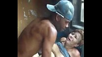 Velha tarada beijando e dando ao jovem