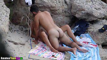 Safadas mulheres transando na praia com o mesmo roludo