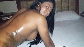 Mulata tatuada rabuda mostrando o cu com sensualidade