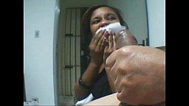 Novinha boqueteira se limpando após esporrada