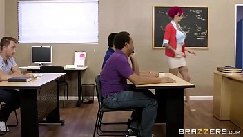 Professora faz sexo com aluno no meio da sala