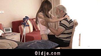 Vovô comendo netinha jovem magra