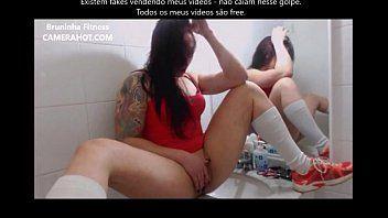 Novinha pentelhuda se mostrando na webcam