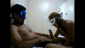 Amadora casada com máscara no rosto com seu dotadão