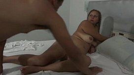 Buceta de coroa levando rola após acordar marido