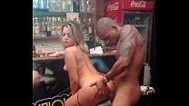 Dotado rei do sexo comendo a safada no bar