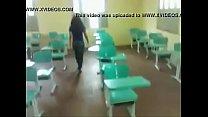 Novinha dando na escola em foda ligeira