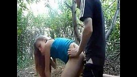 Novinha metedeira ao ar livre na mata com dotado