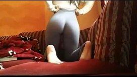 Novinha mostrando tudo tirando a calça de academia