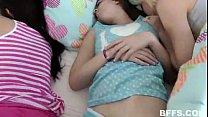 Sexo entre familia com a novinha dormindo