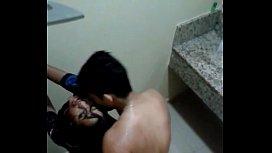 Amadora bebada transando com desconhecido no banheiro