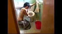 Comendo a tia bebada após vomitar no banheiro
