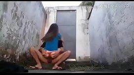 Novinho metendo escondido no beco em sua namorada