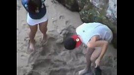 Flagra de buceta sendo fodida no meio da praia