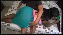 Negra rabuda na cama liberando gostoso