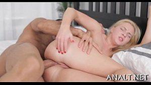 Ninfeta dando o cu após trocar beijos quentes no porno
