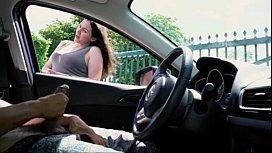 Punheta em publico dentro do carro com peituda olhando