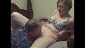 Chupando a xoxota da esposa loira arreganhada