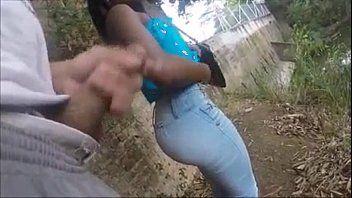 Safada menina dando a buceta no piquenique