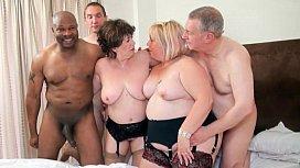Coroas taradas com três amigos no porno grupal