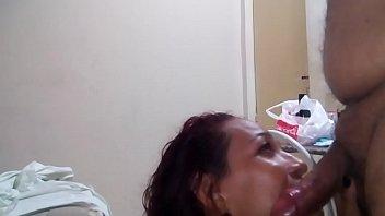 Morena bebendo porra após boquete no marido