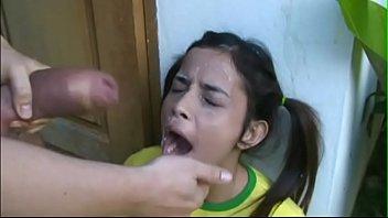 Novinha engolindo porra depois da chupada amadora