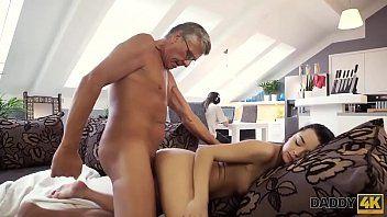 Filha putinha dos peitões se exibindo para o papai