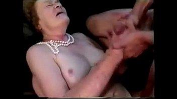 Cabeludo garoto comendo cu da velha avó