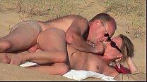 Coroa de óculos comendo buceta na praia