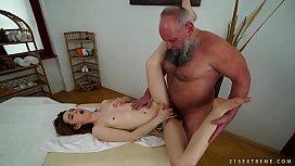 Coroa massageando a novinha sapeca e dando pica