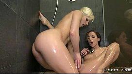 Garotas bellas e sensuais nuas se pegando