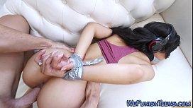 Morena com boca amordaçada no porno extremo