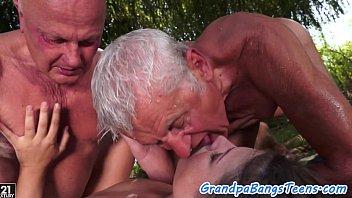 Novinha gostosa com idosos transando
