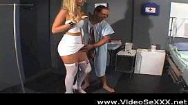 Paciente deixando a safada enfermeira nua e fodendo