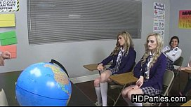 Safadas estudantes fazendo chupetinha na escola
