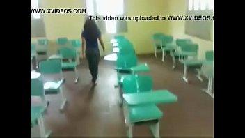 Vídeo da gostosa dando o cu na escola