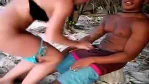 A gostosa da mulher tesuda transando na praia sem dó