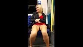 Coroa gostosa toda exibida sem calcinha no metrô