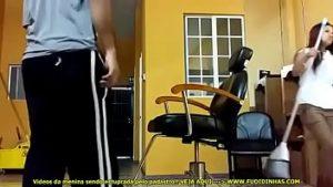 Dotado guloso em vídeo comendo a safada faxineira