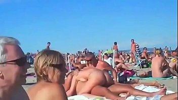 Mulheres transam na praia de nudismo com os maridos