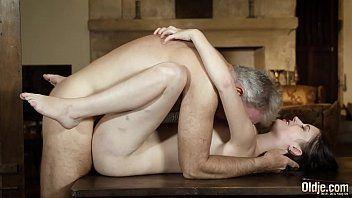 Cabeludo safado coroa em porno comendo novinha